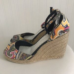 TOMMY HILFIGER NAVY PRINT STRAW WEDGES SIZE 7 1/2